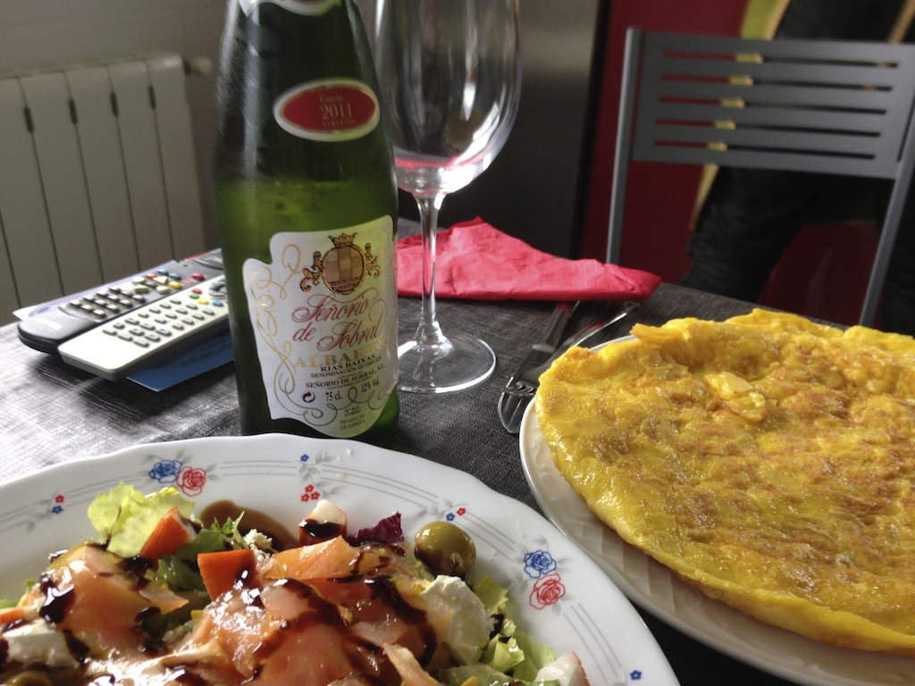 Lunch, as made by the English teacher: Spanish tortilla, salad, Albariño wine.